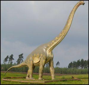 Ein Brontosaurus: so ähnlich (nur kleiner) soll der Mokele-Mbembe in Zentralafrika aussehen (Bild: gemeinfrei)