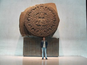 Lars A. Fischinger vor dem Sonnenstein der Azteken in Mexiko-City - nicht der Kalender der Maya (Bild: L. A. Fischinger)
