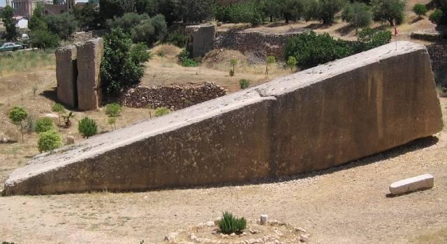 """Forscher haben in Baalbek (Libanon) den bisher größten Monolithen der Welt gefunden (Bild: """"Stein der schwangeren Frau"""" / WikiCommons / gemeinfrei)"""