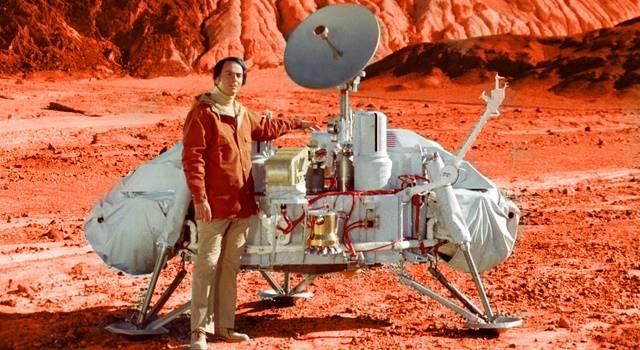 Sind bereits Menschen auf dem Mars? (Bild: Carl Sagen am 26. 10. 1980 vor einem Modell des Viking-Landers / JPL / Barbeitung L. A. Fischinger)