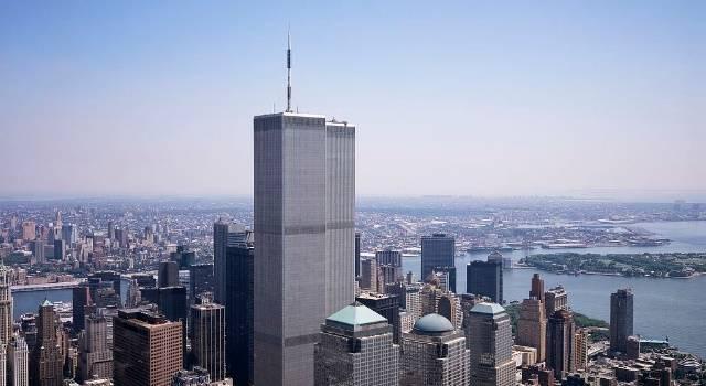"""Das 2001 zerstörte World Trade Center: Zeugen wollen in dessen Trümmern eine """"Geisterfrau"""" gesehen habe (Bild: WikiCommons/gemeinfrei)"""