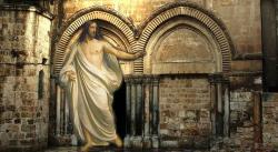 Der Eingang der Grabeskirche in Jerusalem: Hier soll Jesus auferstanden sein (Bild & Montage: L. A. Fischinger / Jesu: gemeinfrei)