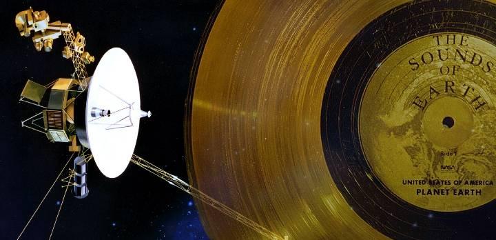 """Künstlerische Darstellung der Raumsonde """"Voyager"""" - sowie die an Bord angebrachte goldene Schallplatte mit Botschaften an Außerirdische (Bild: NASA/JPL/gemeinfrei / Montage: L. A. Fischinger)"""