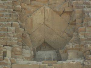 Der Original-Eingang in die Cheops-Pyramide heute (Bild: L. A. Fischinger)