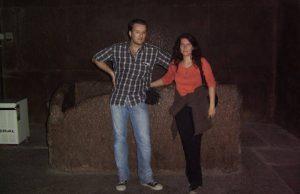 Lars A. Fischinger (mit Sonja Ampssler) vor dem rätselhaften Sarkophag in der Cheops-Pyramide (Bild: L. A. Fischinger)