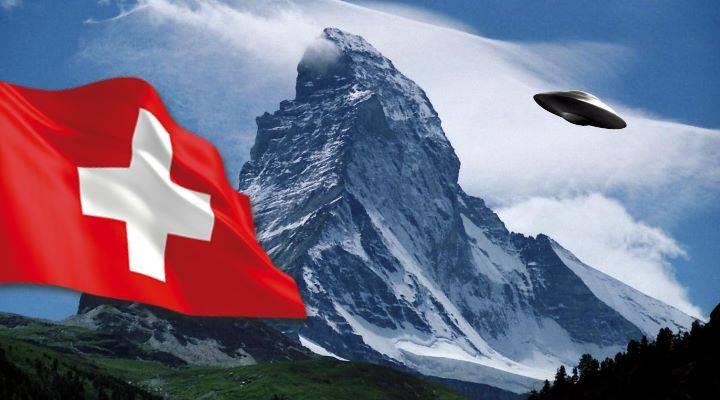 """Ein mutmaßliches """"UFO"""" wurde über der Schweiz gefilmt - hier eine Montage eines UFOs über dem Matterhorn (Bild: gemeinfrei / Montage: L. A. Fischinger)"""