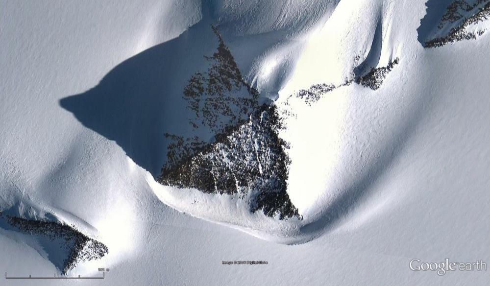 Ist das wirklich eine Pyramide im Eis der Antarktis? (Bild: Google Earth)