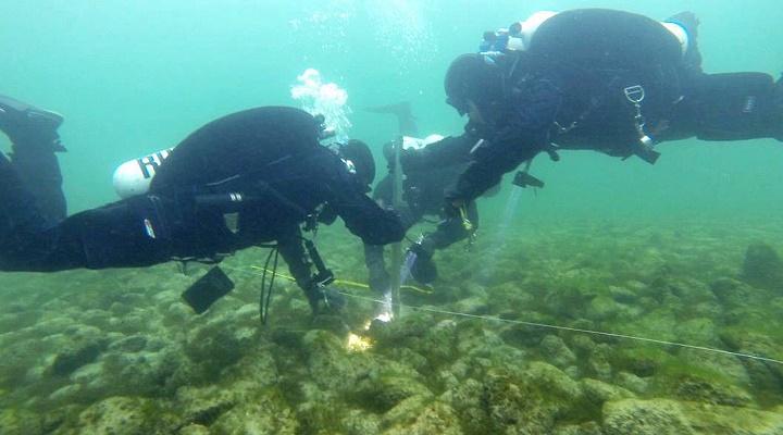 """Taucher untersuchen einen Teil des """"Stonehenge im Bodensee"""" - es bleibt weiterhin ein Rätsel (Bild: Amt für Archäologie/Thurgau)"""