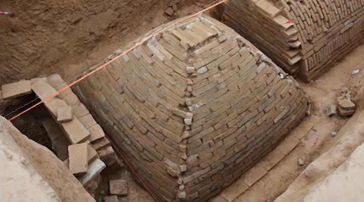 """Archäologen fanden in China eine 2.000 Jahre alte """"ägyptische Pyramide"""" im Mini-Format (Bild: YouTube-Screenshot / Varbage)"""
