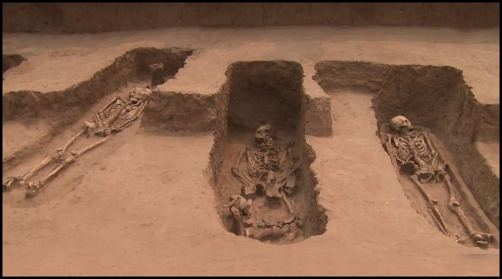 Archäologen fanden in China 5.000 Jahre alte Skelette von Riesen (Bild: YouTube-Screenshot / New China TV)