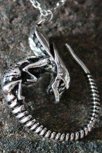 """Kette mit Alien-Anhänger: """"Alien – Das unheimliche Wesen aus einer fremden Welt"""""""