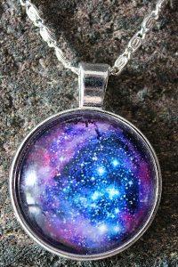 Kette mit Universum-Anhänger – Schutzamulett: Vom ewigen Kreislauf des Lebens im Kosmos