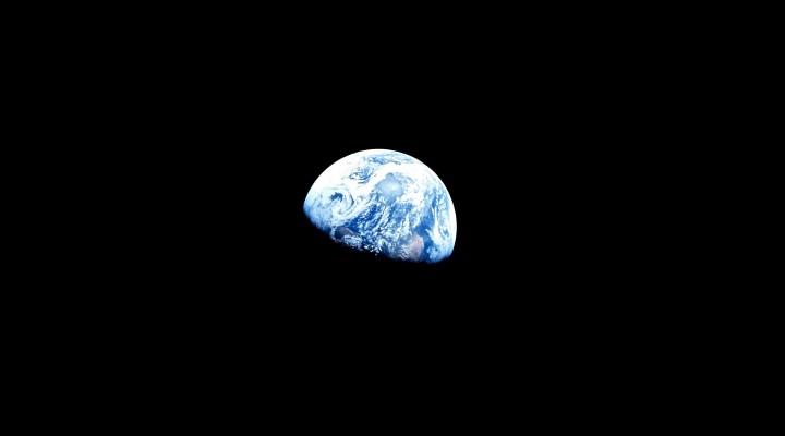 """Unsere Erde vom Mond aus gesehene: """"In unserer Milchstraße sind wir wahrscheinlich die Einzigen"""", so der Ex-Astronaut und Wissenschaftler Ulrich Walter im Interview (Bild: NASA)"""