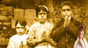 """Die """"Seherkinder von Fátima"""": Lucia Santos (Mitte) im Alter von 10 Jahren mit ihrer Cousine Jacinta Marto (7) und ihrem Cousin Francisco Marto (9). Unten rechts: Die Madonna von Fátima. (gemeinfrei / Bearbeitung: L.A. Fischinger)"""