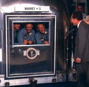Neil Armstrong Buzz Aldrin und Michael Collins in Quarantäne nach der Mondlandung (Bild: gemeinfrei)