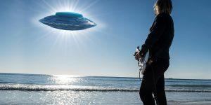 """Superstar Robbie Williams will in einer """"Alien-Dokumentation"""" über seine UFO-Erfahrungen berichten (Bilder: gemeinfrei / Montage: Fischinger-Online)"""