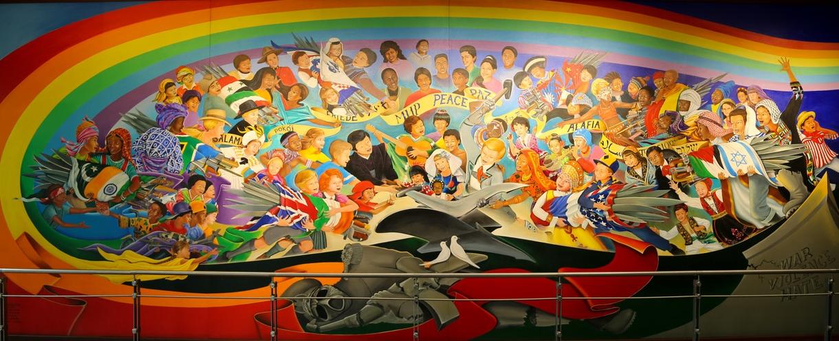 """Bild im internationalen Flughafen von Denver: """"Die Kinder der Welt träumen vom Frieden"""" - und die Deutschen (Nazis) wollen die Weltherrschaft! (Bild / Ausschnitt: DAI)"""
