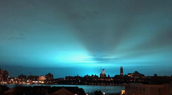 Hellblauer Nachthimmel über New York waren keine Aliens laut New Yorker Polizei (Bild: twitter.com/EdgewaterNJCom)