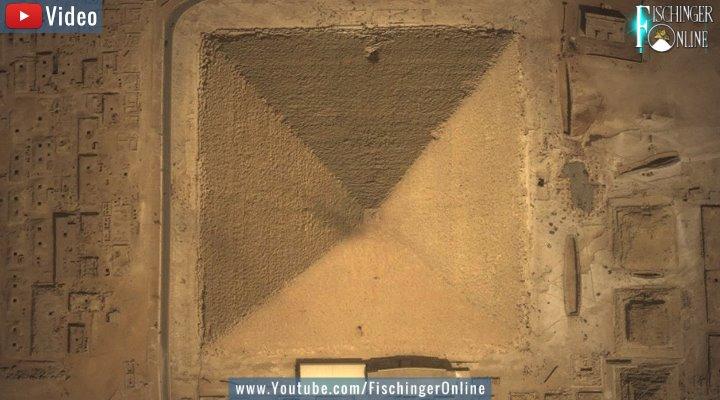 Ende 2017 wurde ein riesiger Hohlraum in der Cheops-Pyramide entdeckt, der weltweit für Schlagzeilen sorgte. Aber was wurde aus der Entdeckung? Der Stand der Dinge in diesem Video! (Bild: Google Earth / Bearbeitung: Fischinger-Online)