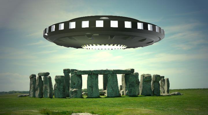 """Stonehenge: Eine """"Landerampe für UFOs""""? (Bilder: gemeinfrei / Bearbeitung/Montage: Fischinger-Online)"""