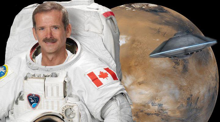 """Astronaut und ehemaliger ISS-Kommandant Chris Hadfield zum Thema Mars und UFOs: """"Zu meinen es sind Außerirdische, ist die Höhe der Dummheit!"""" (Bilder: gemeinfrei / Montage: Fischinger-Online)"""