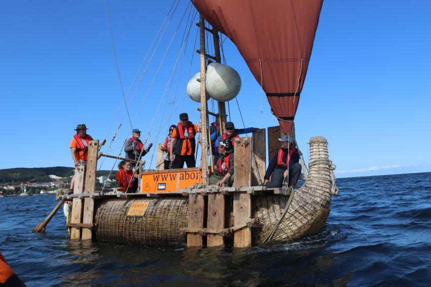 Die Crew hat wenig Mühe, das Segelfloß auf Kurs zu halten. Für Fahrten zwischen Inseln und hart am Wind ist dieser Segeltyp bestens geeignet.